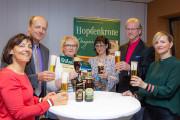 Jörg Dierig und Kathrin Seyfert von der Mauritius Brauerei sowie Jürgen Flemming und Monique Riemenschneider von der Kultour Z. mit der glücklichen Gewinnerin (Mitte)